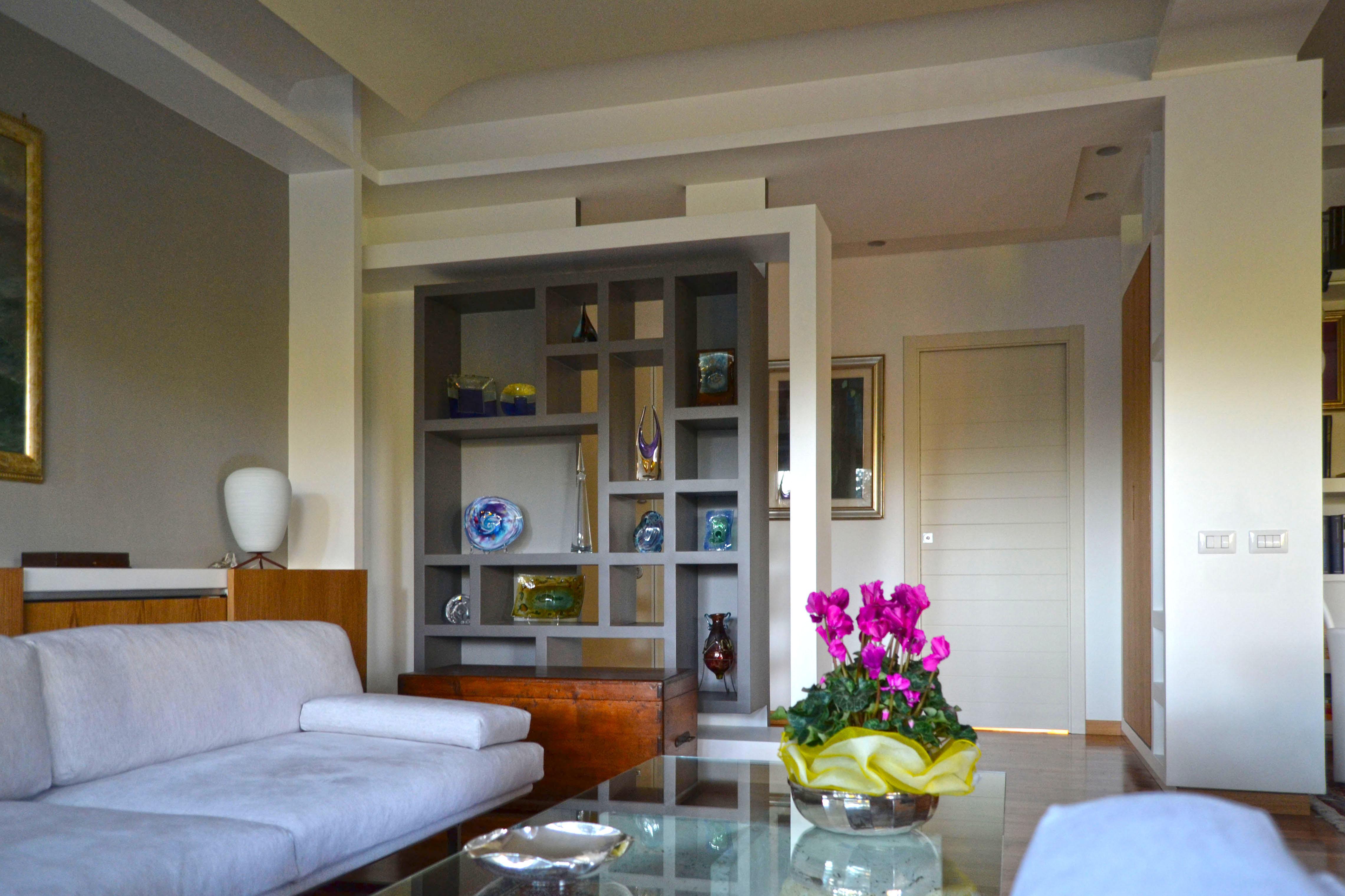 fotografia del filtro/libreria che definisce l'ingresso, Geometria e luce sono gli attori principali.