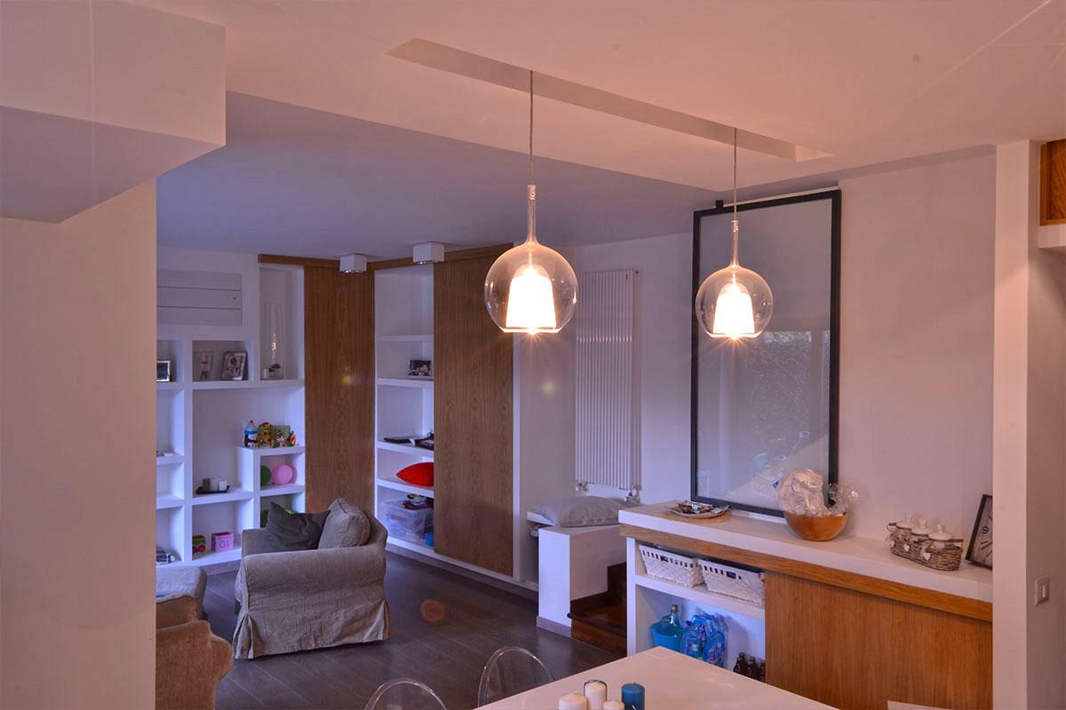 vista dalla cucina della parete attrezzata e della scala