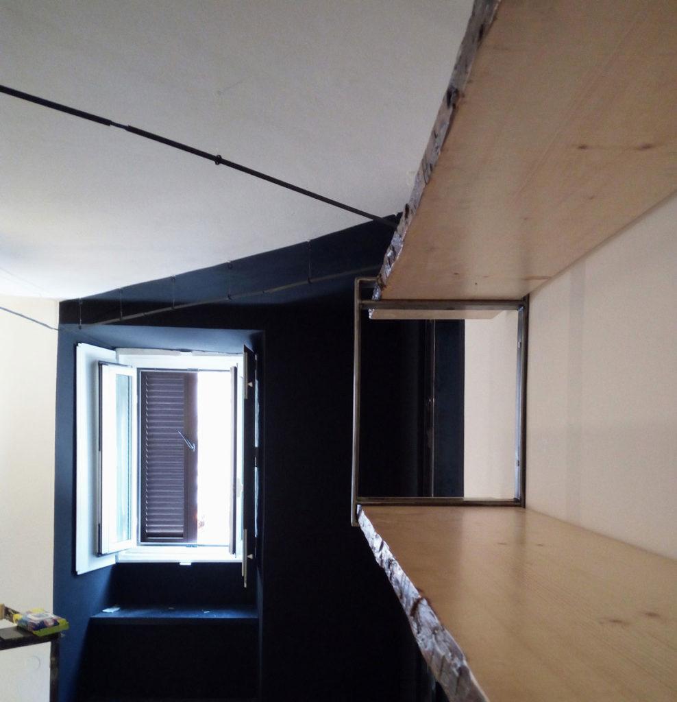 Mensole su misura in legno e ferro inquadrano geometrie in bianco e nero - architetturaincasa