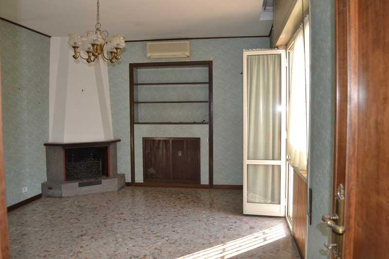 casa-AI-PRIMA DEI LAVORI il vecchio camino è stato recuperato con un nuovo design