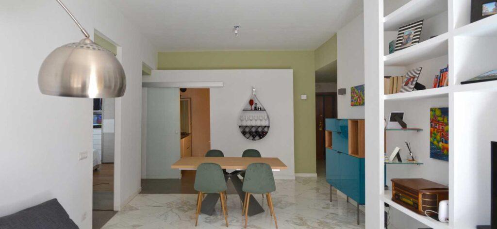casa EG - Vista complessiva del pranzo verso la cucina, Due colori definiscono lo spazio e le profondità del living.