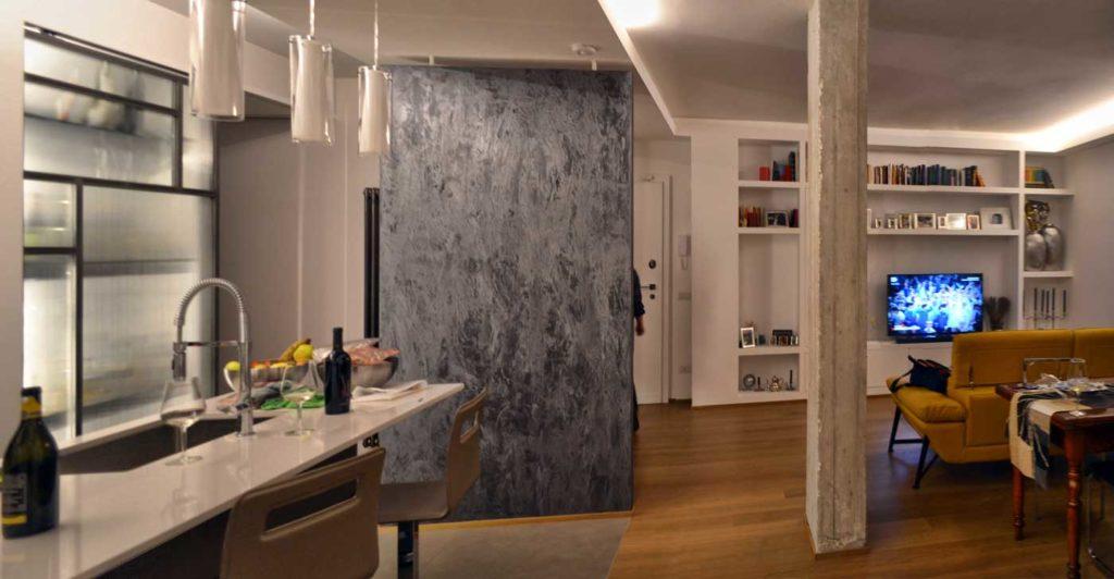 foto del soggiorno, Materiali come  il cemento. il ferro ed il vetro  interrompono la purezza dell'impianto. Donando concretezza materica al progetto.