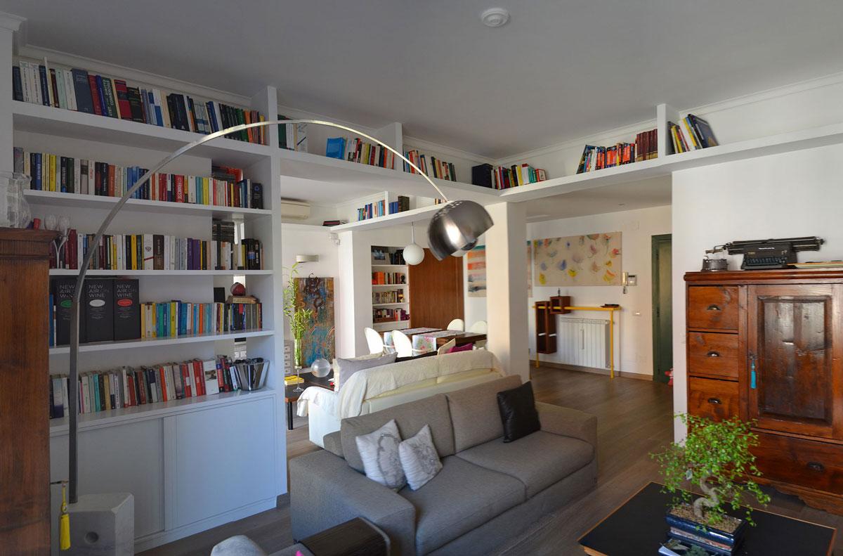zona TV con sovrastante libreria area